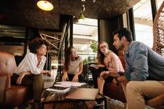创造性的人民开会议在办公室 免版税库存图片