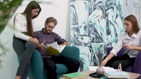 创造性的企业队会议在现代办公室 关于在轻松的大气的工作计划的讨论 武装背景有胡子的克服的forground人办公室电话突出的联系的女工 影视素材