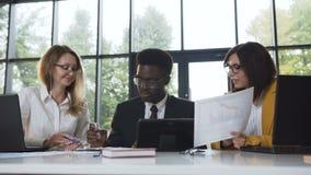 创造性的企业队会议在现代玻璃办公室,多种族人与新的项目一起使用 股票视频