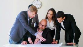 创造性的企业队会议在谈论时髦现代轻的办公室新的想法 看图纸的他们 上司 股票录像