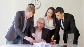 创造性的企业队会议在谈论时髦现代轻的办公室新的想法 看图纸的他们 上司 股票视频
