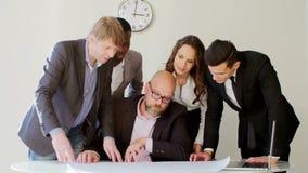 创造性的企业队会议在谈论时髦现代轻的办公室新的想法 看图纸的他们 上司 影视素材