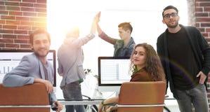创造性的企业队在一个工作场所在办公室 免版税图库摄影