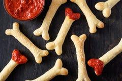 创造性的传统万圣夜面团鬼的巫婆骨头曲奇饼素食款待快餐 免版税库存照片