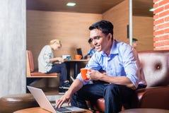 创造性的商人在coworking的办公室 免版税图库摄影