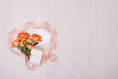 创造性的嘲笑由与拷贝空间的玫瑰做成在桌 卡片空的板料  免版税库存照片