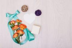 创造性的嘲笑由与拷贝空间的玫瑰做成在桌 卡片空的板料  免版税图库摄影