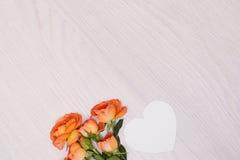 创造性的嘲笑由与拷贝空间的玫瑰做成在桌 卡片空的板料  图库摄影