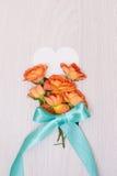 创造性的嘲笑由与拷贝空间的玫瑰做成在桌 卡片空的板料  库存图片