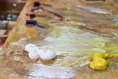 创造性的图象、艺术家的调色板有油漆的和刷子,特写镜头 免版税图库摄影