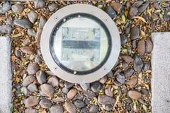 创造性的在地面上的设计电灯泡在庭院附近的旅馆游泳池 免版税库存照片