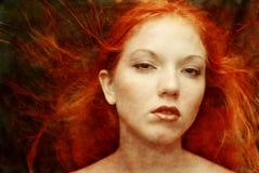 创造性的女孩头发的纵向红色 免版税库存图片