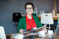 创造性的女实业家与杂志一起使用 免版税库存照片