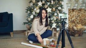 创造性的少女在圣诞节假日记录网上vlog的录影关于礼物包裹 女孩显示 股票视频