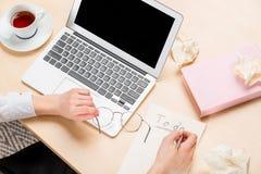 创造性的工作过程顶视图,在手的框架在工作 免版税库存图片
