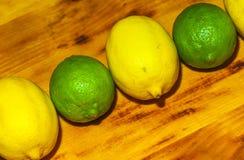 创造性的布局由鲕梨、葱、蕃茄、胡椒和柠檬制成 平的位置 在倾吐的餐馆沙拉的主厨概念食物新鲜的厨房油橄榄 在白色查出的蔬菜 免版税库存照片