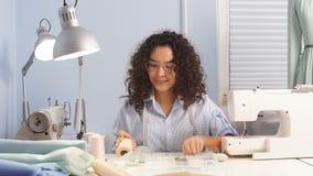 创造性的年轻设计师选择工作的材料 股票视频