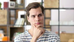 年轻创造性的开会画象在办公室和工作,当他认为sol时 股票视频