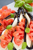 开胃菜茄子用无盐干酪、蕃茄和蓬蒿 库存照片