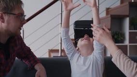 创造性的微笑的女孩是笑和使用被增添的虚拟现实新的数字技术  股票视频