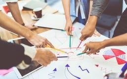 创造性的想法配合概念 小组不同种族的不同的队、商务伙伴或者大学生在项目会议
