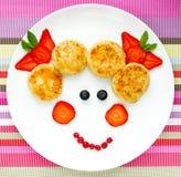 创造性的想法婴孩早餐-乳酪薄煎饼用莓果 库存图片
