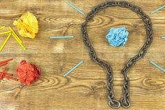 创造性的想法 链子以电灯泡的形式 想法和创新的概念与纸球 免版税库存照片