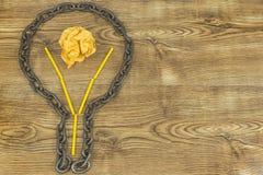 创造性的想法 链子以电灯泡的形式 想法和创新的概念与纸球 库存图片