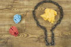 创造性的想法 链子以电灯泡的形式 想法和创新的概念与纸球 免版税库存图片