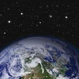 创造性的抽象全球性通信科学概念:间隔地球与世界地图的行星地球看法在太阳 免版税库存照片