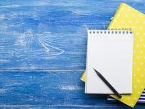 创造性的文字概念,书,在木表上的笔记薄顶视图与铅笔的 复制文本的空间 库存照片