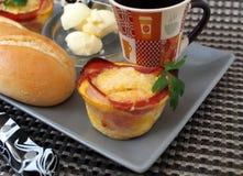 """创造性的早餐†""""蛋松饼用烟肉,咖啡,白面包,黄油 免版税库存照片"""