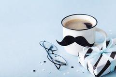 创造性的早餐在与礼物或当前箱子和滑稽的面孔的愉快的父亲节从咖啡和髭 免版税图库摄影