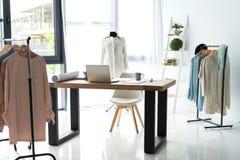 创造性的时装设计师书桌或工作场所用缝合的设备,织品,模板,激动人心现代的美发师 免版税库存图片
