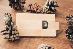 创造性的木usb棍子喜欢在背景的一张名片 图库摄影