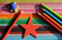 创造性的概念,回到学校 铅笔和蜡笔在五颜六色的背景 免版税库存照片