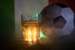 创造性的概念 品脱在草的新鲜的啤酒与意大利的被弄脏的旗子背景或杯的储藏啤酒准备好饮料 警察 免版税库存图片