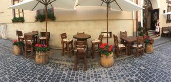 创造性的橡木桌和椅子在一个街道咖啡馆在利沃夫州 库存图片