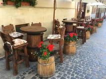 创造性的橡木桌和椅子在一个街道咖啡馆在利沃夫州 免版税库存图片
