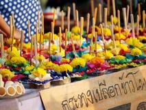 创造性的浮动蜡烛在节日LOY KRATHONG的待售在泰国 库存照片
