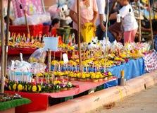 创造性的浮动蜡烛在节日LOY KRATHONG的待售在泰国 免版税库存图片