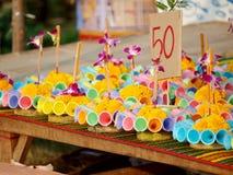 创造性的浮动蜡烛在节日LOY KRATHONG的待售在泰国 免版税库存照片