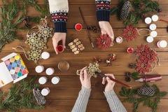 创造性的爱好 做现代手工制造圣诞节礼物箱子 库存图片
