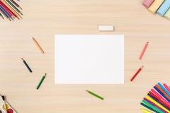 创造性的爱好 桌面看法文具围拢的没有人纸板料 免版税库存照片