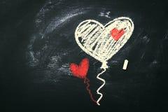 创造性的爱或华伦泰` s与气球的天概念在心脏 免版税库存照片