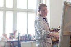 创造性的男性艺术家图画图片油漆 免版税库存图片