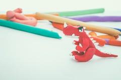 创造性的红色恐龙黏土模型 戏剧面团动物 葡萄酒吨 库存图片