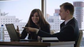 创造性的经理和Have Fun Discussing Startup主任想法在办公室 股票视频