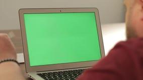 创造性的经理工作 到达天空的企业概念金黄回归键所有权 他的膝上型计算机个人计算机的确信的年轻人有色度钥匙绿色屏幕的 影视素材