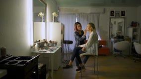创造性的美发师做他的客户的图象 股票录像
